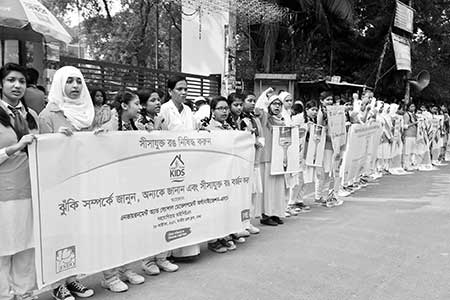 Environment and Social Development Organisation formed a human chain in front of the National Press Club on Saturday.    photo : observer