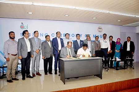 FBCCI Secretary General (In-Charge) Hussain Jamil and PMO Director General Kabir Bin Anwar signing Memorandum of Understanding (MoU) for boosting business atmosphere in the country at FBCCI office in Dhaka on Sunday.