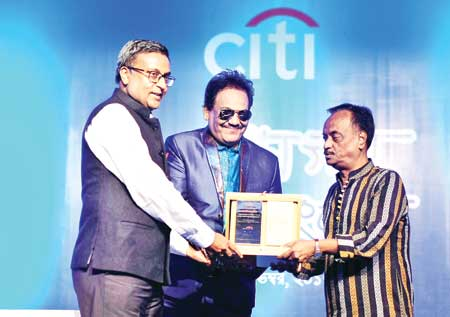 Eminent music composer Alauddin Ali and N. Rajashekaran, Citi Country Officer for Bangladesh, presented Ferdous Wahid honourary crest, self-portrait and a cheque for his outstanding contributions to enriching the cultural heritage of Bangladesh.