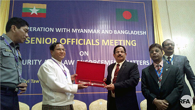 Myanmar's Home Affairs Minister Lieutenant General Kyaw Swe (2nd from L) and Bangladesh's Home Secretary Mostafa Kamal Uddin (3rd from R) show memorandums of understanding they have signed in Myanmar's capital Naypyidaw, Oct. 24, 2017.