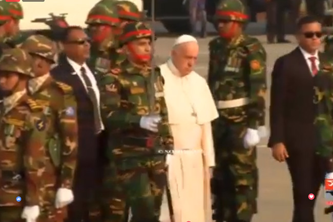 Pope Francis arrives in Dhaka, accorded rousing reception
