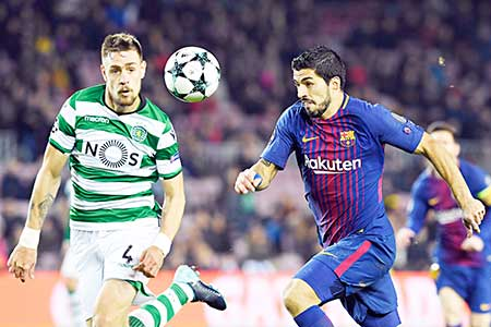 Sporting's Uruguayan defender Sebastien Coates challenges Barcelona's Uruguayan forward Luis Suarez (R) during the UEFA Champions League football match FC Barcelona vs Sporting CP at the Camp Nou stadium in Barcelona on December 5, 2017.    photo: AFP