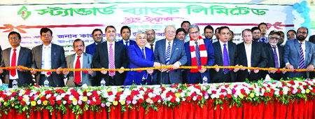 Standard Bank Chairman Kazi Akram Uddin Ahmed inaugurating the 118th branch of the bank as the chief guest at Moitree Bhaban on Momin Road in Chittagong on Wednesday.	photo: Bank