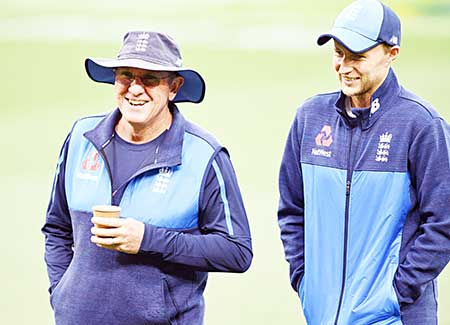England team coach Trevor Bayliss (L) and captain Joe Root (R) share a lighter moment during training at the Adelaide Oval ahead of the second Ashes cricket Test match against Australia in Adelaide in December 1, 2017.photo: AFP