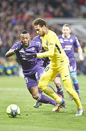 Paris Saint-Germain's Brazilian forward Neymar Jr vies with Toulouse's French Burkinabese defender Steeve Yago (L) during the French L1 football match between Toulouse (TFC) and Paris Saint-Germain (PSG) on February 10, 2018 at the Municipal stadium in Toulouse.photo: AFP
