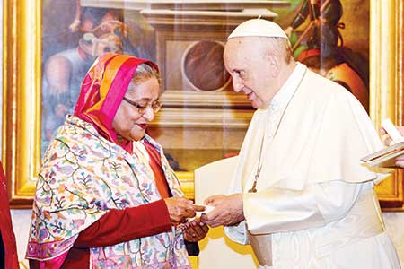 Pope Francis receiving Prime Minister Sheikh Hasina at the Vatican City on Monday.     photo: pid