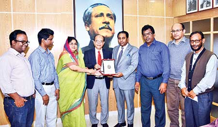 Media Adviser to the Prime Minister also the Daily Observer Editor Iqbal Sobhan Chowdhury receiving a crest from Chittagong University VC Prof Dr Iftekhar Uddin Chowdhury on the campus recently.    photo : observer
