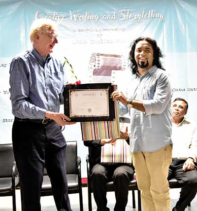 NDUB Vice Chancellor is providing a souvenir gift to cartoonist Syed Rashad Imam Tanmoy for conducting the workshop