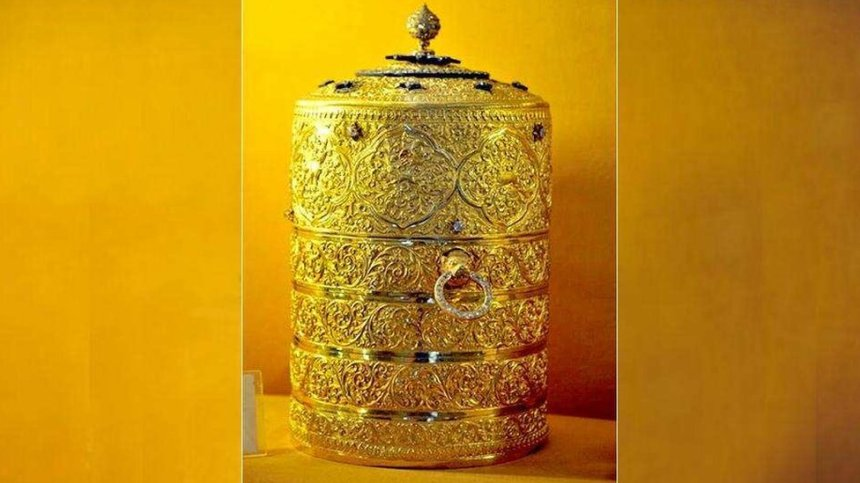 Thieves 'ate from stolen royal gold lunchbox'