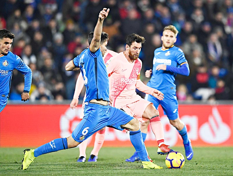 Barcelona's Argentinian forward Lionel Messi (C) vies with Getafe's Uruguayan defender Leandro Cabrera (L) during the Spanish League football match between Getafe CF and FC Barcelona at the Col. Alfonso Perez stadium in Getafe on January 6, 2019.photo: AFP