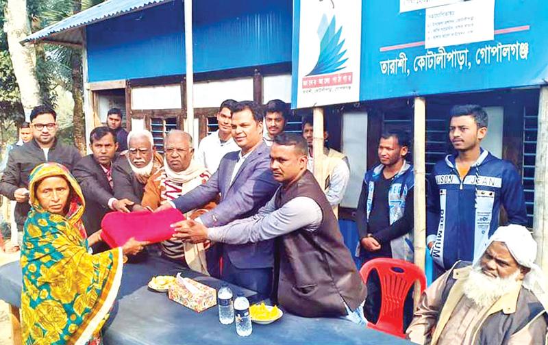 Kotalipara Upazila Nirbahi Officer SM Mahfuzur Rahman, as chief guest, distributed blankets to 100 poor people on Gyaner Alo Pathagar premises in Tarashi Village of the upazila  under Gopalganj District on Saturday.photo: Observer