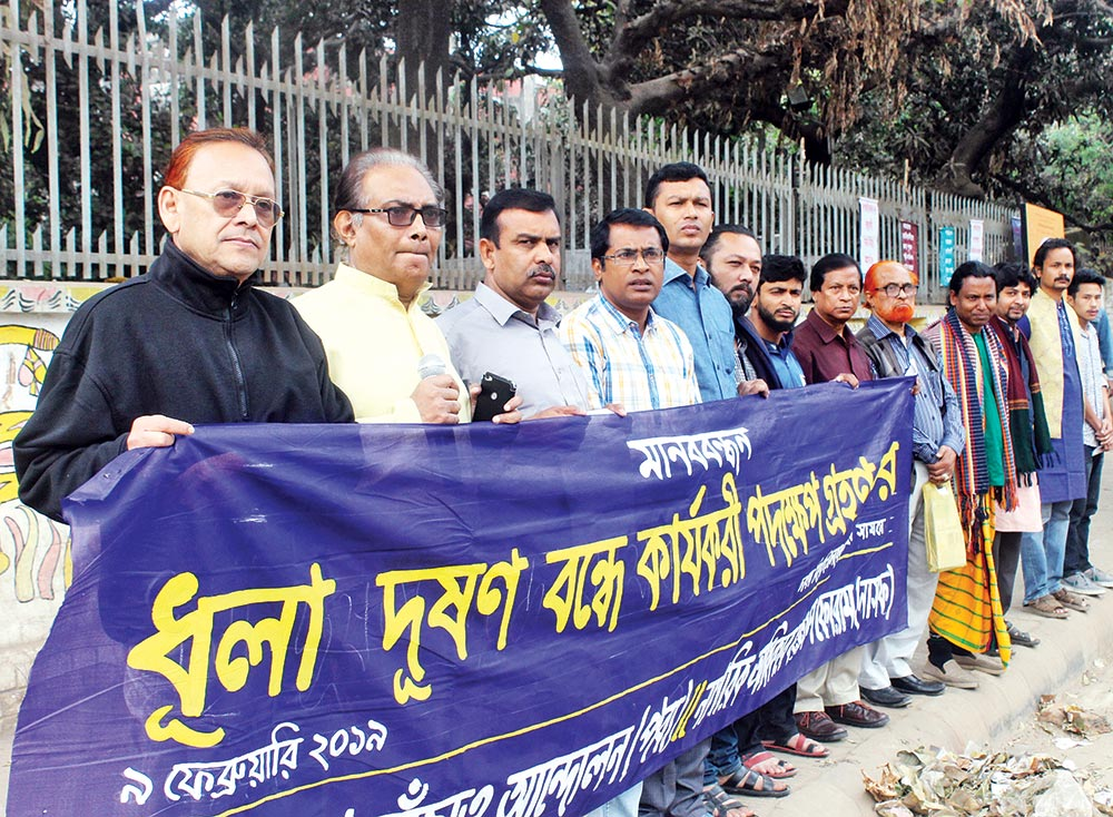 Environmental organisation Paribesh Bachao Andolon (Paba) and citizens' rights organisation Nagorik Odhikar Sangrakkhan Forum (Nasaf) jointly organised a human chain in front of the Department of Fine Arts of Dhaka University on Saturday demanding measures to save Dhaka residents from air pollution.photo: Observer