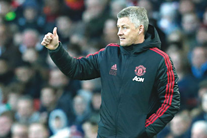 Manchester United's  Norwegian head coach Ole Gunnar Solskjaer gestures during the English Premier League football match between Arsenal and Manchester United at the Emirates Stadium in London on March 10, 2019.	photo: AFP