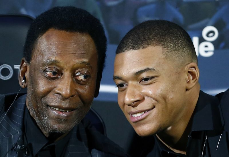 Brazilian soccer legend Pele, left, and French soccer player Kylian Mbappe pose during a photocall in Paris, Tuesday, April 2, 2019. Photo: AP