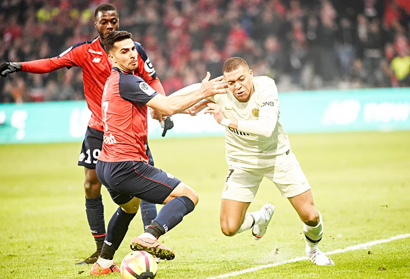 Paris Saint-Germain's French forward Kylian Mbappe (R) vies for the ball with Lille's Portuguese forward Rafael Leao during the French L1 football match between Lille (LOSC) and Paris Saint-Germain (PSG) on April 14, 2019, at the Pierre-Mauroy Stadium in Villeneuve d'Ascq, near Lille, northern France.	photo: AFP