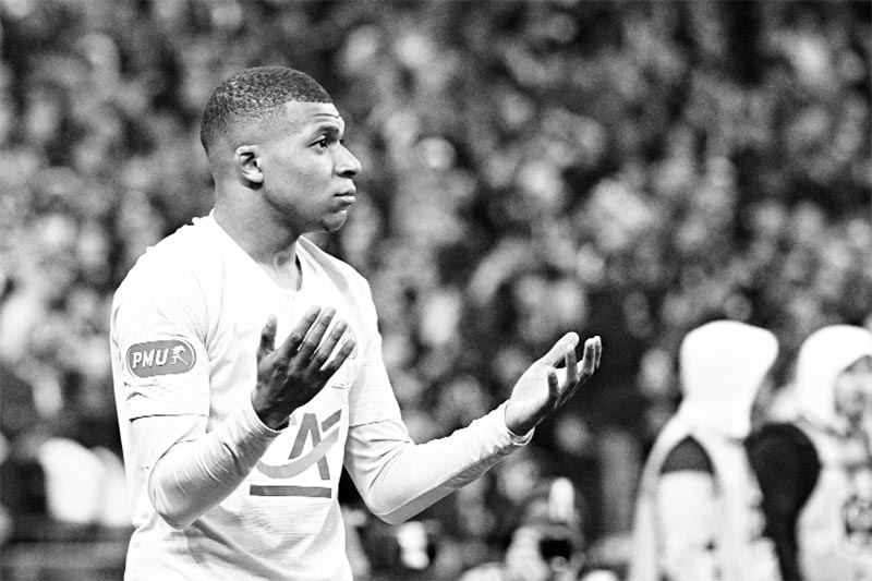 Paris Saint-Germain's French forward Kylian Mbappe leaves the pitch after receiving a red card during the French Cup final football match between Rennes (SRFC) and Paris Saint-Germain (PSG), on April 27, 2019 at the Stade de France in Saint-Denis, outside Paris.	photo: AFP