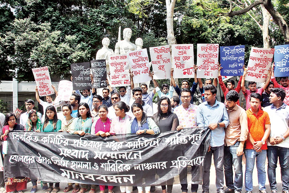 A section of Bangladesh Chhatra League, deprived of posts in the newly formed central committee of the student body, formed a human chain at the base of 'Aparajeyo Bangla'on Dhaka University campus on Wednesday, demanding dissolution of the committee and punisment for those who assaulted them on Monday.	photo : Observer