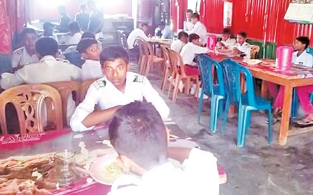 Students served lunch at Tk 5 in Rajshahi
