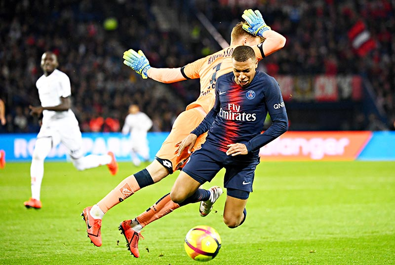Paris Saint-Germain's French forward Kylian MBappe (R) vies with Dijon's  Island goalkeeper Alex Runarsson during the French Ligue 1 football match between Paris Saint-Germain (PSG) and Dijon at the Parc des Princes stadium in Paris on May 18, 2019.	photo: AFP