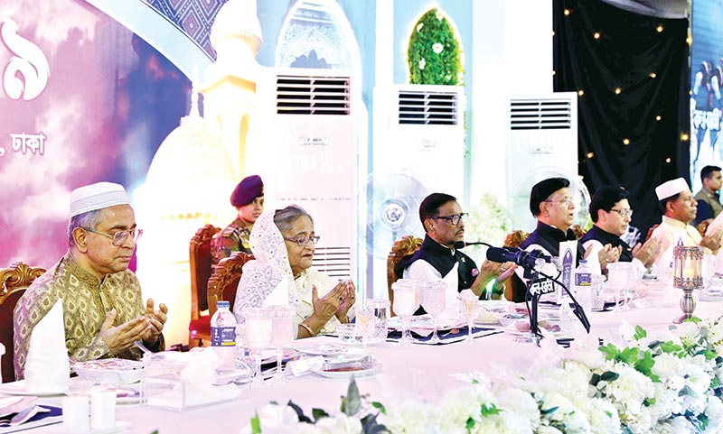 Prime Minister Sheikh Hasina offering munajat at an iftar mahfil hosted by her in honour of judges, diplomats and high civil and military officials at her official residence Ganobhaban on Thursday.	photo : BSS