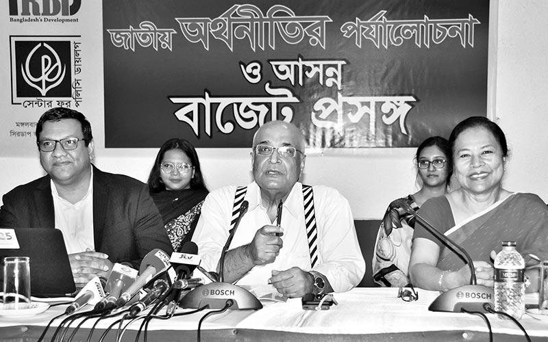 Debapriya Bhattacharya unveiling the CPD's report-State of Bangladesh Economy