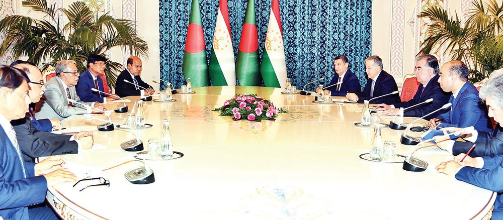 President Abdul Hamid at a meeting with Tajikistan President Emomali Rahmon at his office at Dushanbe, capital of Tajikistan, on Thursday.	photo : pid