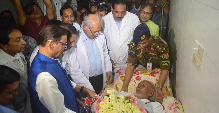 Obaidul Quader visits ailing actor ATM Shamsuzzaman