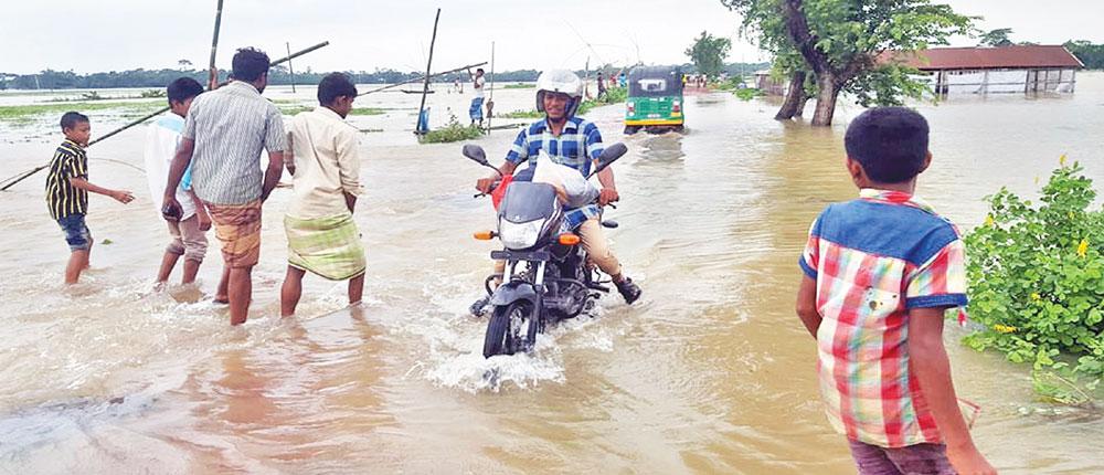 Thousands of people in Netrakona, Kurigram villages marooned
