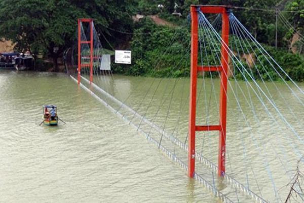 Kaptai hanging bridge under water, movement suspended