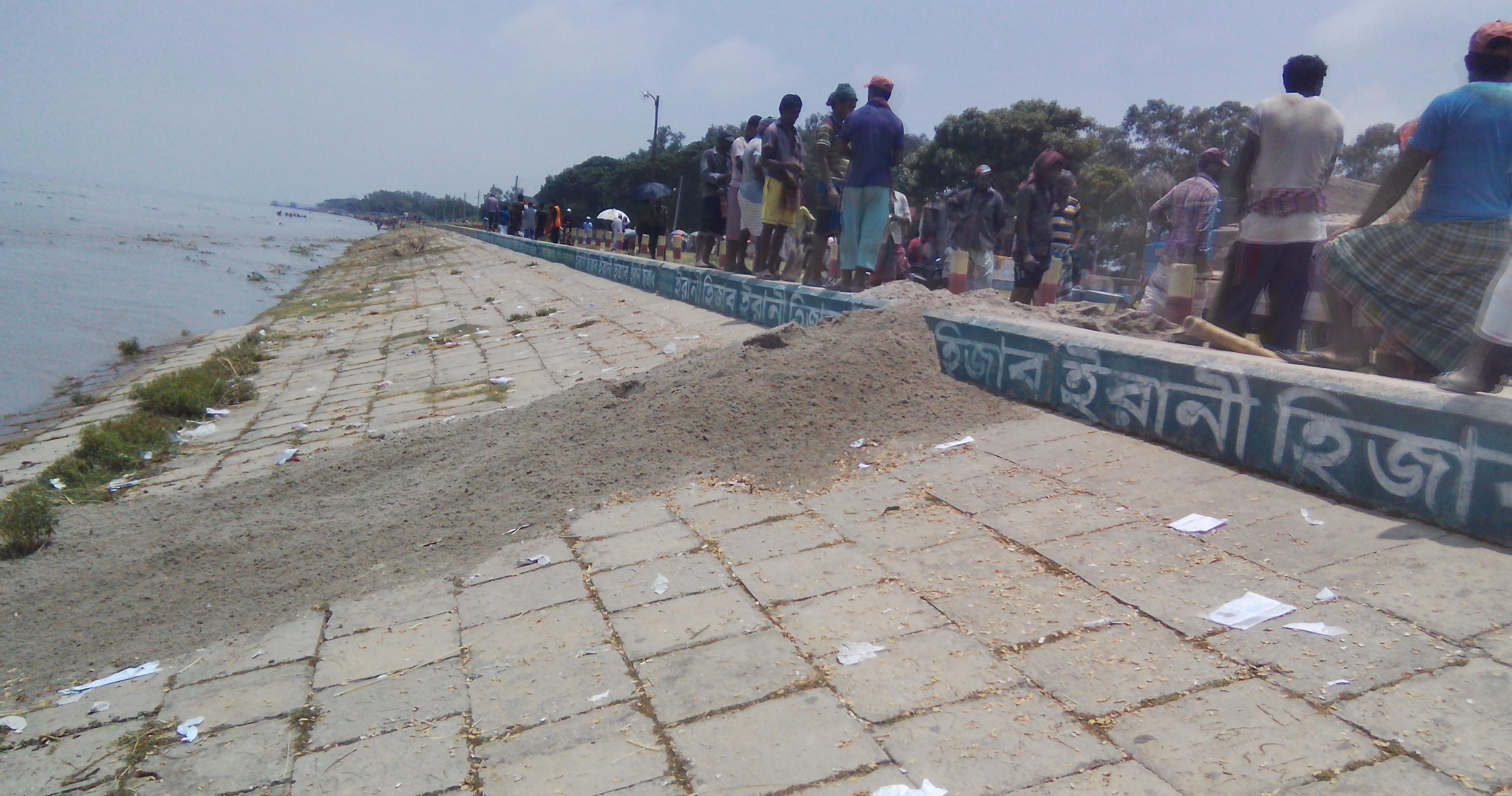 Jamuna marks rise in Sirajganj, 2 lakh marooned