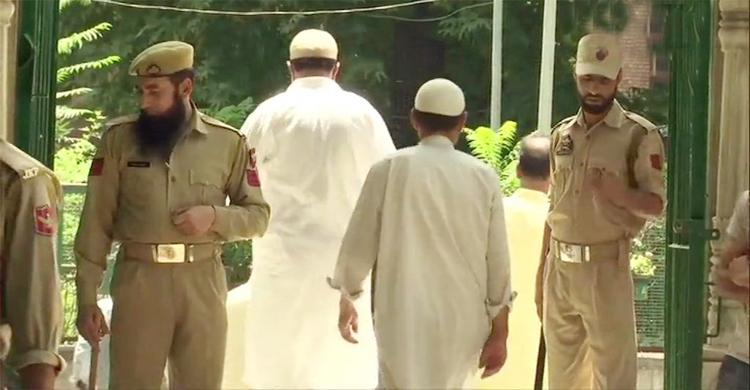 Kashmiris attend Friday prayers amid lockdown