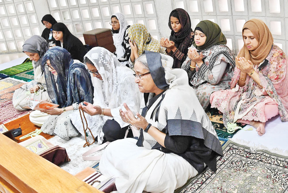 Prime Minister Sheikh Hasina along with her family members offer prayers after paying homage to founding father Bangabandhu Sheikh Mujibur Rahman at his grave at Tungipara in Gopalganj on Thursday.	photo : pid