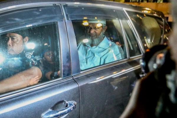 Zakir Naik serves 4 Malaysian citizens with legal notices