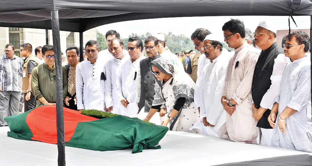 Prime Minister Sheikh Hasina paying respects to Liberation War-time government advisor NAP President Professor Mozzaffar Ahmad by placing a wreath at his coffin after his Namaz-e-Janaza at parliament complex on Saturday.photo: pid