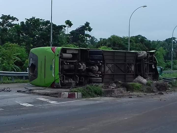 5 injured as bus skids off in Khulna