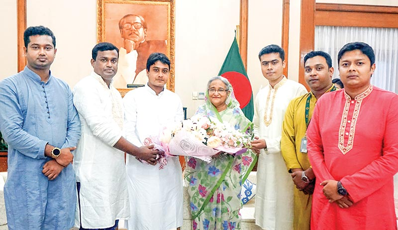 A Bangladesh Chhatra League team led by its Acting President  Al Nahian Khan Joy and General Secretary Lekhak Bhattacharya meets Prime Minister Sheikh Hasina at Ganabhaban on Thursday.	photo: pid