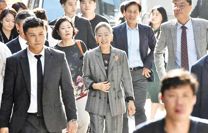 This picture taken on 4 October 2019 shows South Korean actress Kim Ji-mee (C) walking to attend a talk at the Busan International Film Festival (BIFF) in Busan.	PHOTO: AFP
