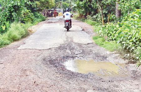 People suffer for deplorable road in Natore's Baraigram