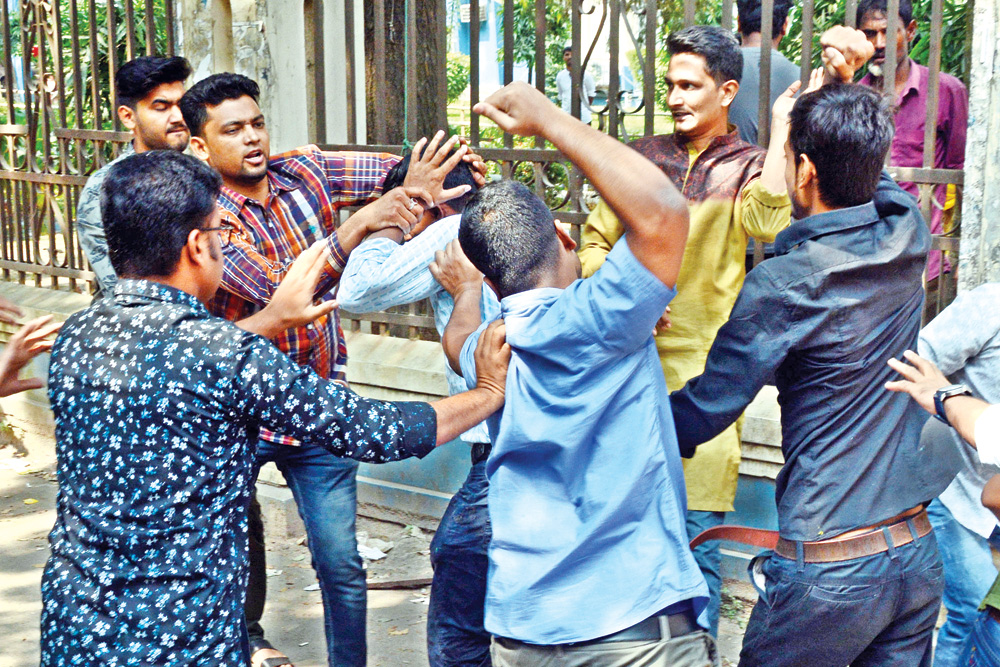 Chhatra Dal activists came under an attack allegedly by the members of Muktijoddha Mancha, a platform comprising descendants of freedom fighters, on Dhaka University campus on Sunday.	photo: Observer
