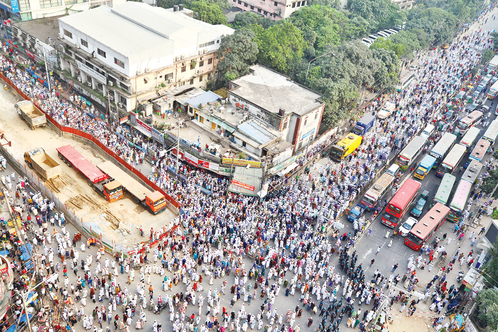 Commuters suffer immensely as a large number of people demonstrate in the capital's Baitul Mukarram area on Monday to protest against killing of four people in clashes with the police in Bhola during a rally condemning a Facebook post.	photo: Observer