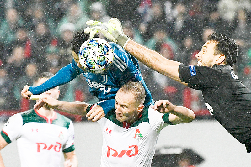 Juventus' Portuguese forward Cristiano Ronaldo challenges Lokomotiv Moscow's Russian goalkeeper Guilherme during the UEFA Champions League group D football match between FC Lokomotiv Moscow and Juventus at Moscow's RZD Arena stadium on November 6, 2019.photo: AFP
