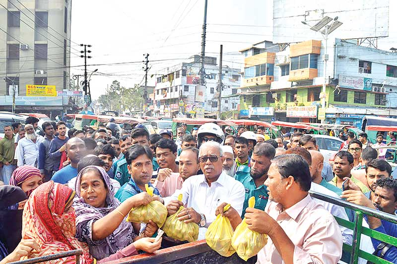 TCB has started selling imported onion in the open market for the first time in Khulna City at Tk 45 per kg from Thursday to help consumers buy this commodity at a fair price.	photo: observer