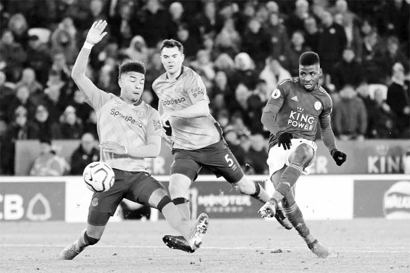 Leicester City's Nigerian striker Kelechi Iheanacho (R) shoots to score their late winning goal during the English Premier League football match between Leicester City and Everton at King Power Stadium in Leicester, central England on December 1, 2019. Leicester won the game 2-1.photo: AFP