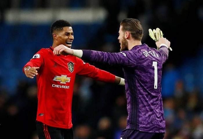 Soccer Football - Premier League - Manchester City v Manchester United - Etihad Stadium, Manchester, Britain - December 7, 2019 Manchester United's Marcus Rashford and David de Gea celebrate after the match Action Images via Reuters/Jason Cairnduff