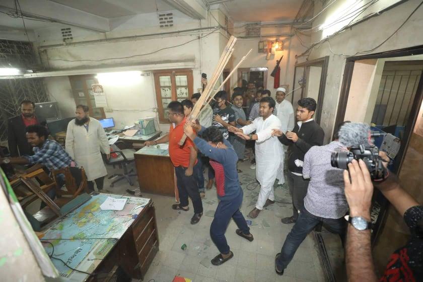Muktijuddho Moncho vandalises Sangram office