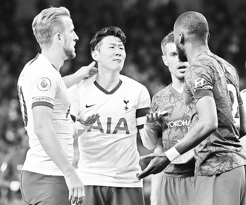 Tottenham Hotspur's South Korean striker Son Heung-Min (C) reacts beside Chelsea's German defender Antonio Rudiger (R) as he's sent off during the English Premier League football match between Tottenham Hotspur and Chelsea at Tottenham Hotspur Stadium in London, on December 22, 2019.photo: AFP