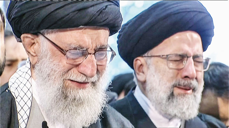 Iranian Supreme Leader Ayatollah Ali Khamenei (L) weeping as he recites a prayer in front of the coffin of Soleimani duing the funeral procession.photo: AFP