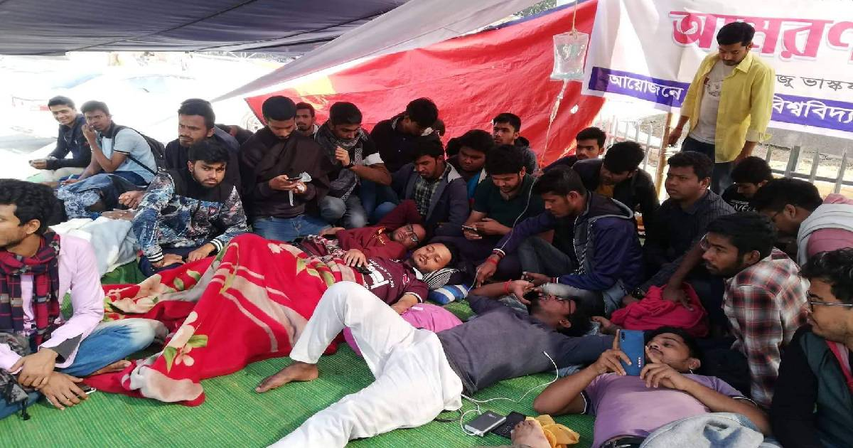 10 DU students fall sick during hunger strike