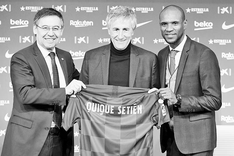 Barcelona's president Josep Maria Bartomeu (L) and football director Eric Abidal (R) pose with Barcelona's new coach Quique Setien (C) during his official presentation in Barcelona on January 14, 2020, after signing his new contract with the Catalan club.photo: AFP