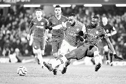 Ten-man Arsenal hold Chelsea